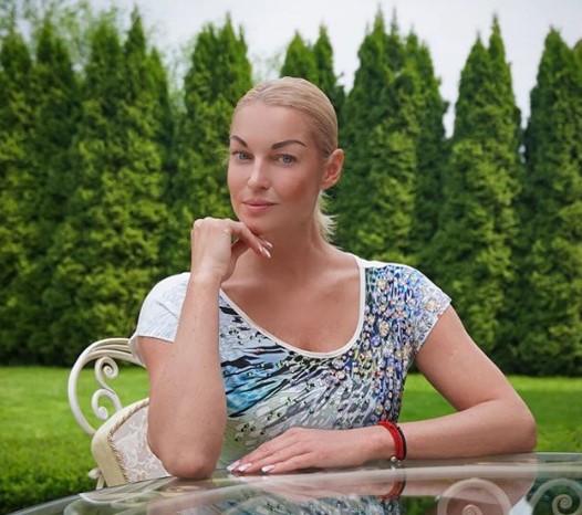 """""""У нас полстраны бухает"""": Анастасия Волочкова резко ответила на обвинения в алкоголизме"""