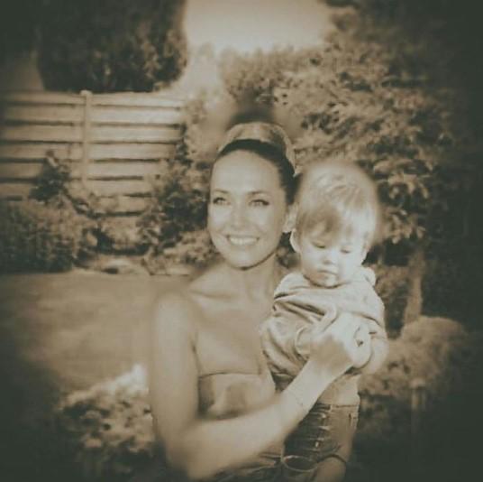 Сын Жанны Фриске, всё больше похожий на покойную мать, попал на видео с бокалом
