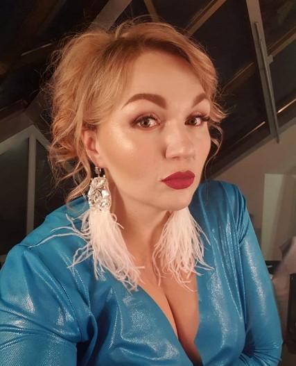 Сбросившая 30 кг звезда Comedy Woman похвасталась фигурой в облегающем наряде