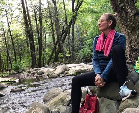49-летняя Ума Турман показалась в купальнике в холодной реке