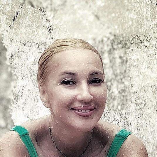 """Лера Кудрявцева показала забавные видео с """"самой серьёзной"""" 11-месячной дочерью"""