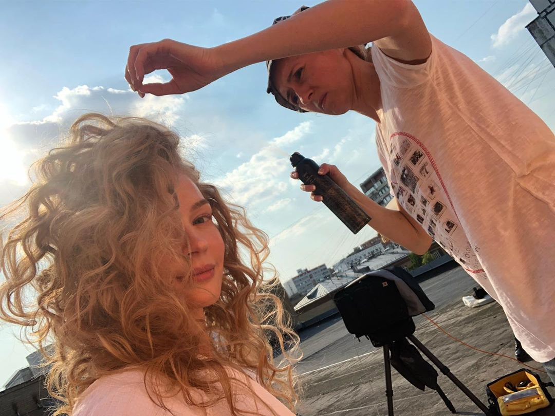 Светлана Ходченкова поразила поклонников кудрями на голове и откровенными фото