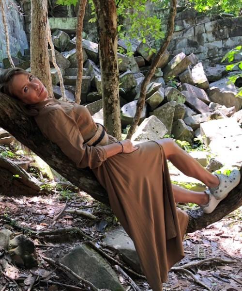 Главное, не одичать: Юлия Барановская повеселила поклонников, покачавшись на лиане в джунглях