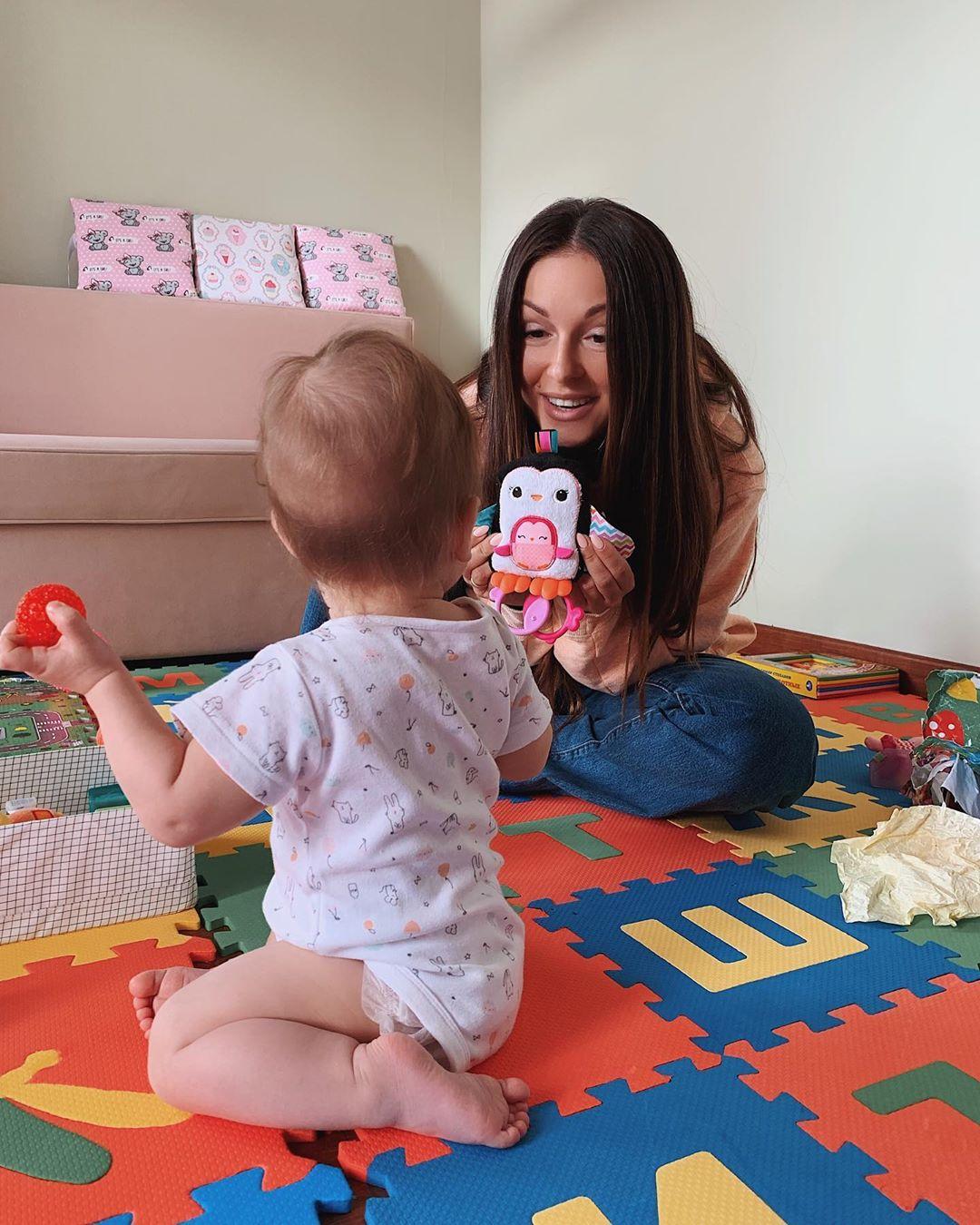 Нюша рассказала, какие песни поёт для своей 8-месячной дочери