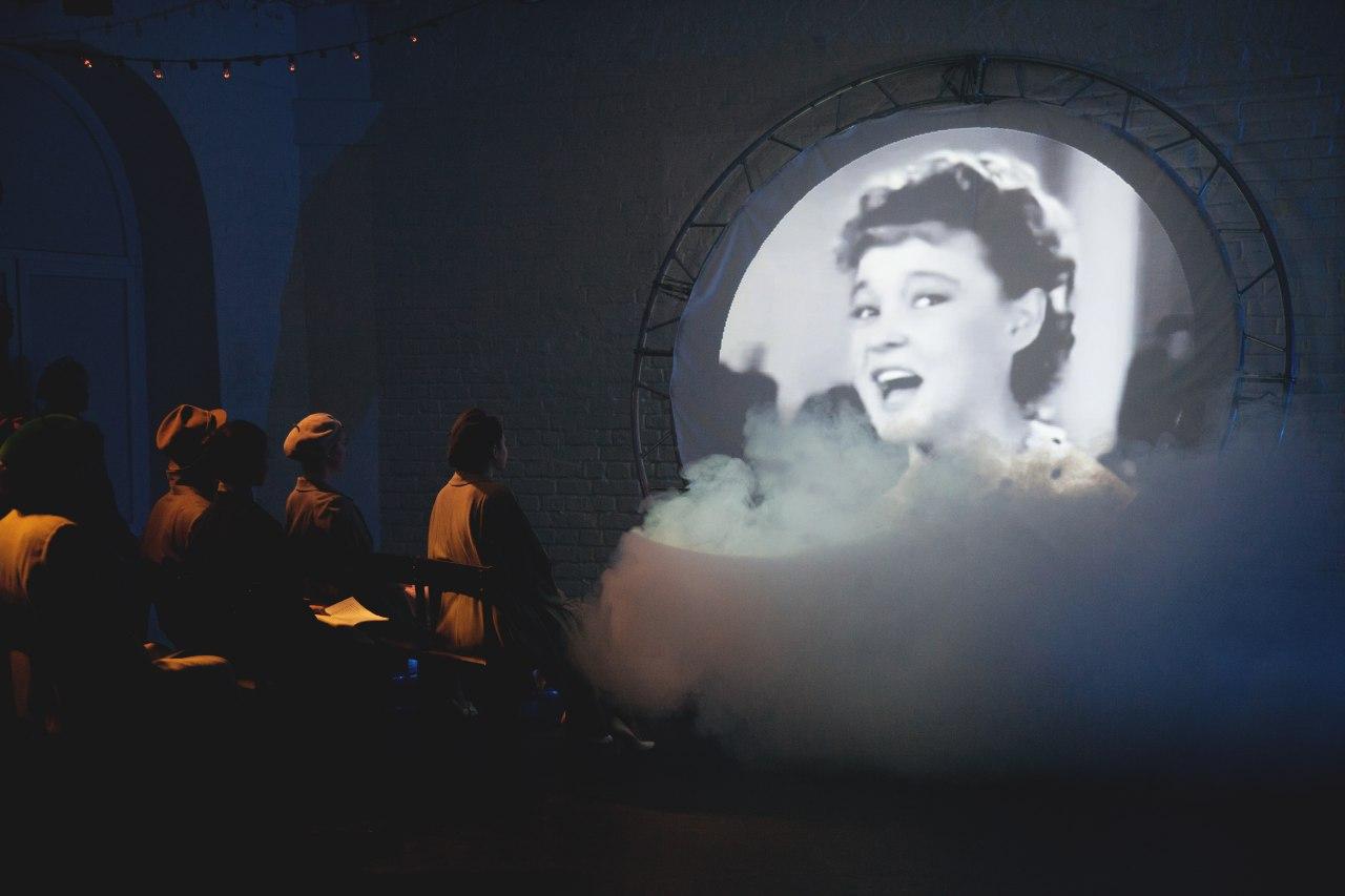 Рецензия на спектакль «4 Любы. Оттепель», театр МОСТ. Репортаж из 1960-х