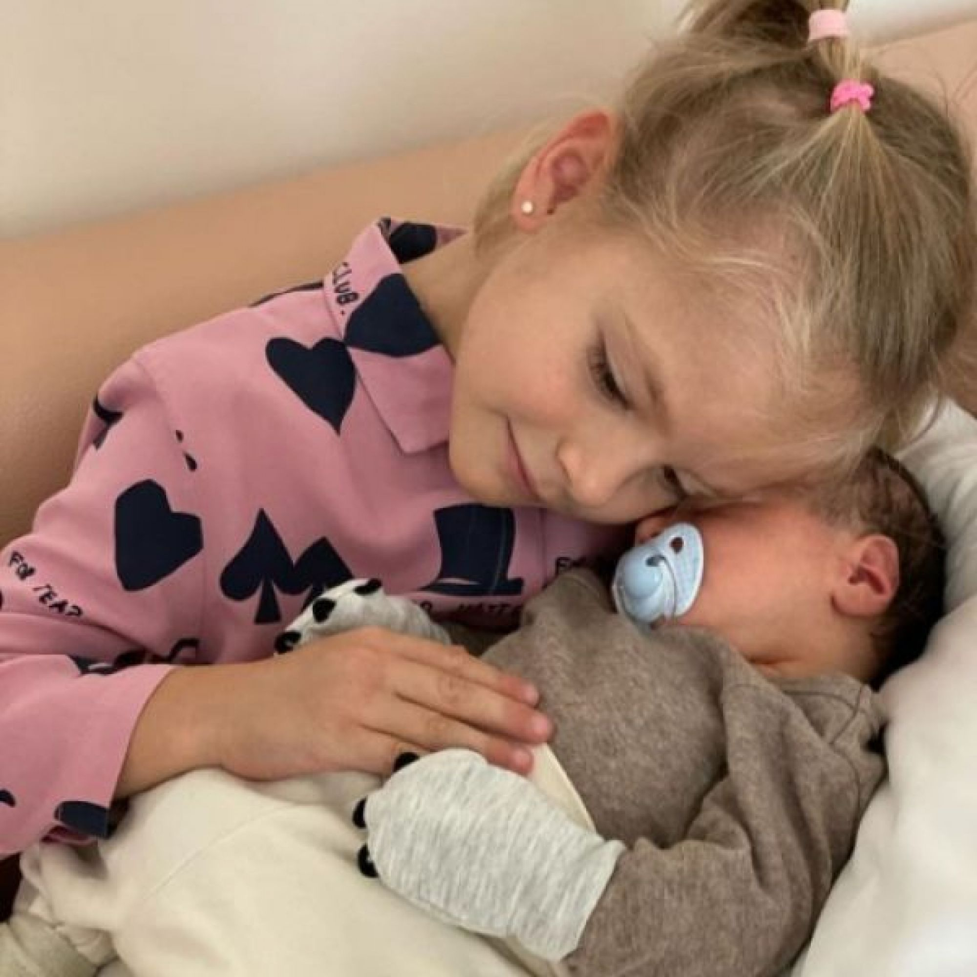Мать Тимати показала нежные фото 5-летней внучки с новорождённым внуком