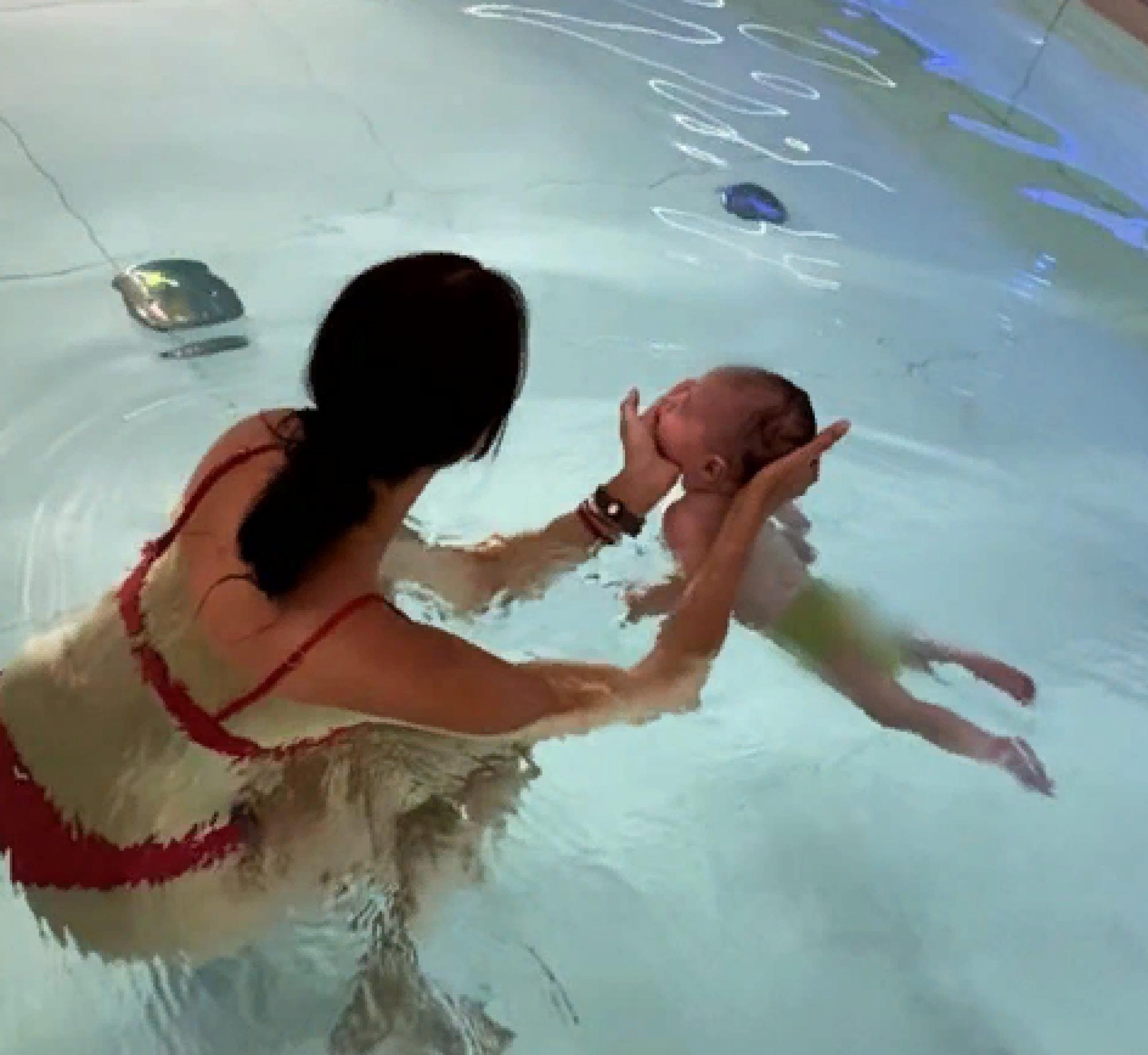 Анастасия Решетова учит трехмесячного сына плавать в бассейне