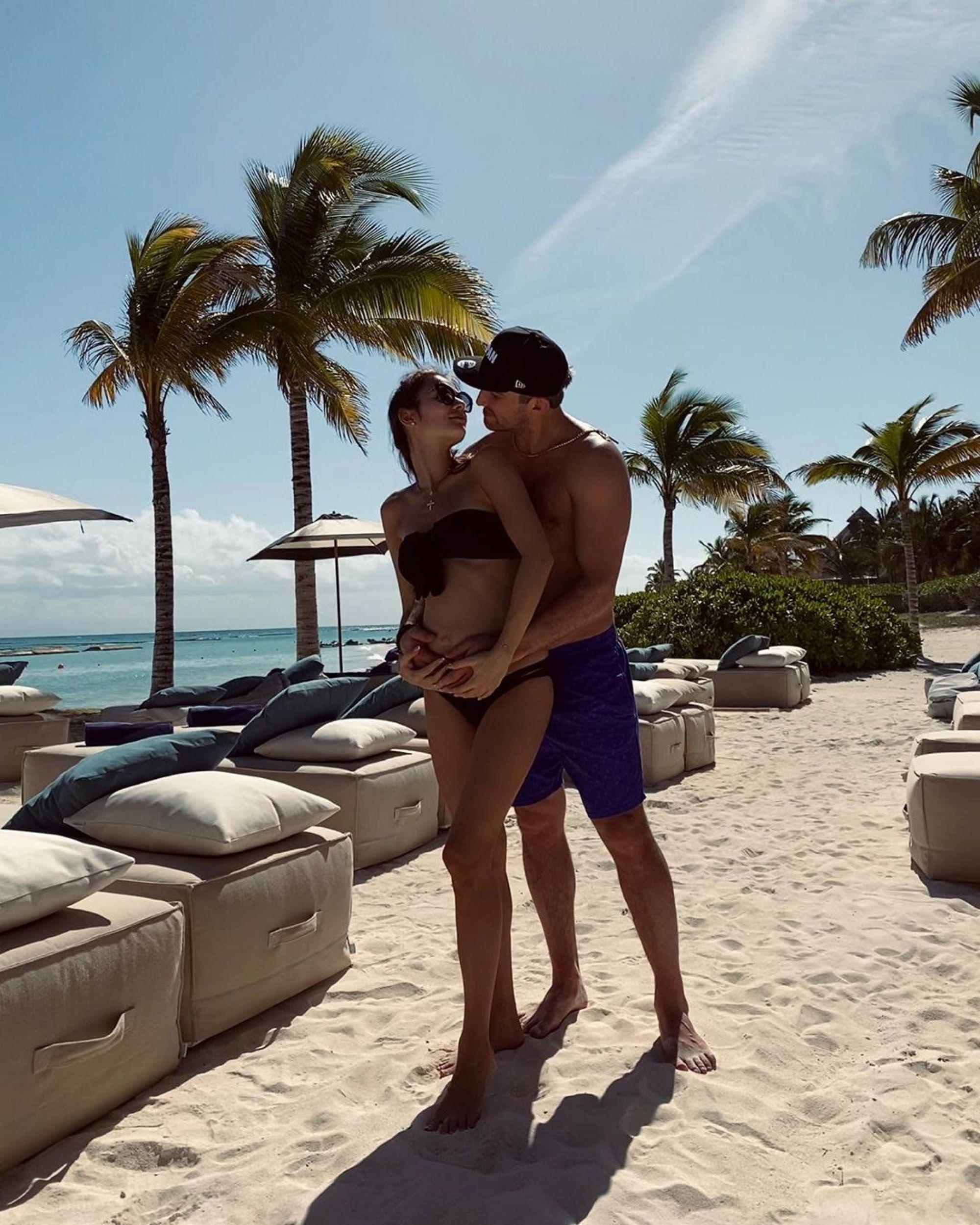 Беременная Анастасия Шубская удивила пляжным фото с мужем во время карантина