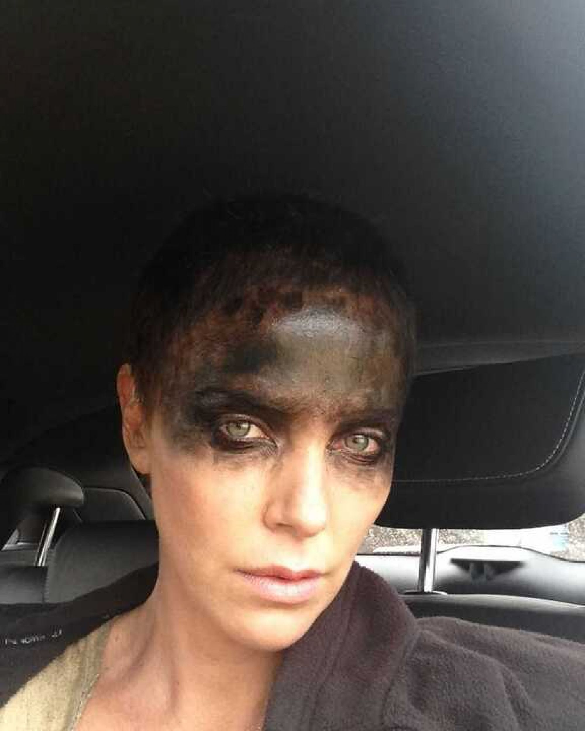 «Смертельный номер!»: Шарлиз Терон выложила в Сеть видео с бритьем волос
