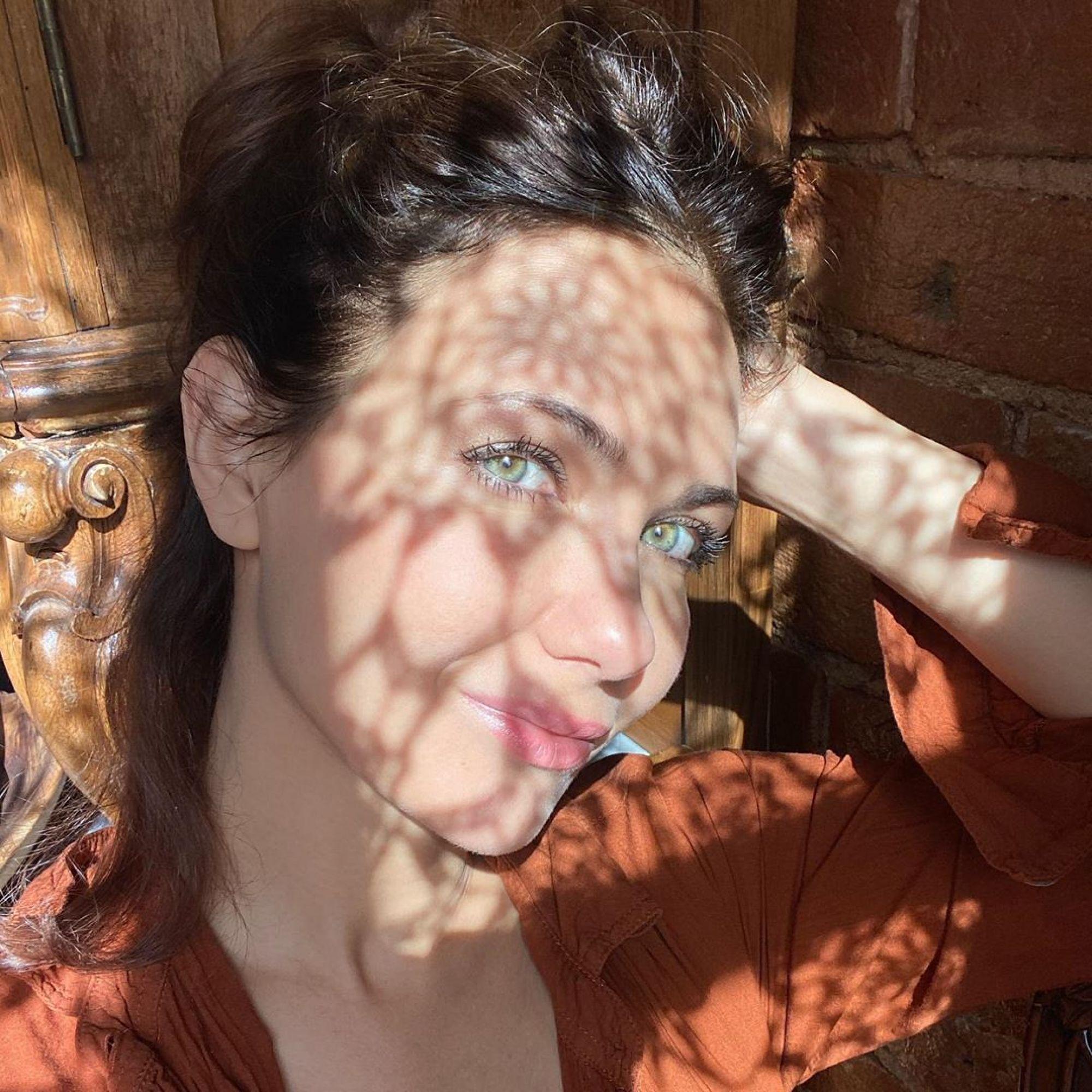 «Это вообще законно?»: Климова восхитила фанатов фотографиями в лучах солнца