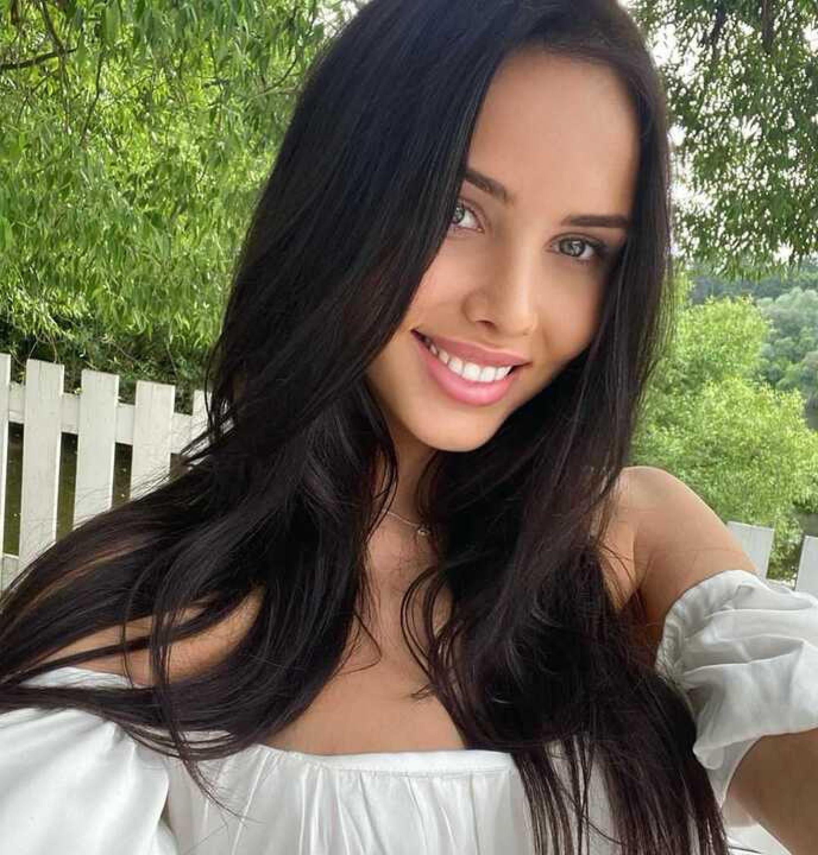 Анастасия Решетова подогрела слухи о расставании с Тимати, сняв обручальное кольцо