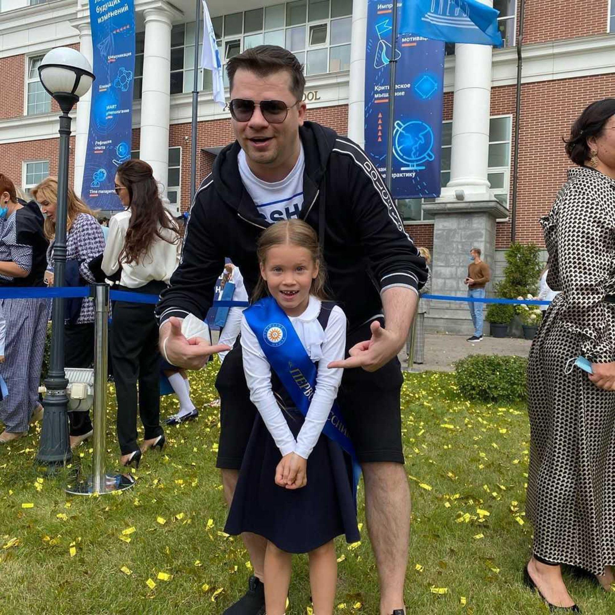 «А маме некогда!»: Гарик Харламов в гордом одиночестве отвел дочь в первый класс