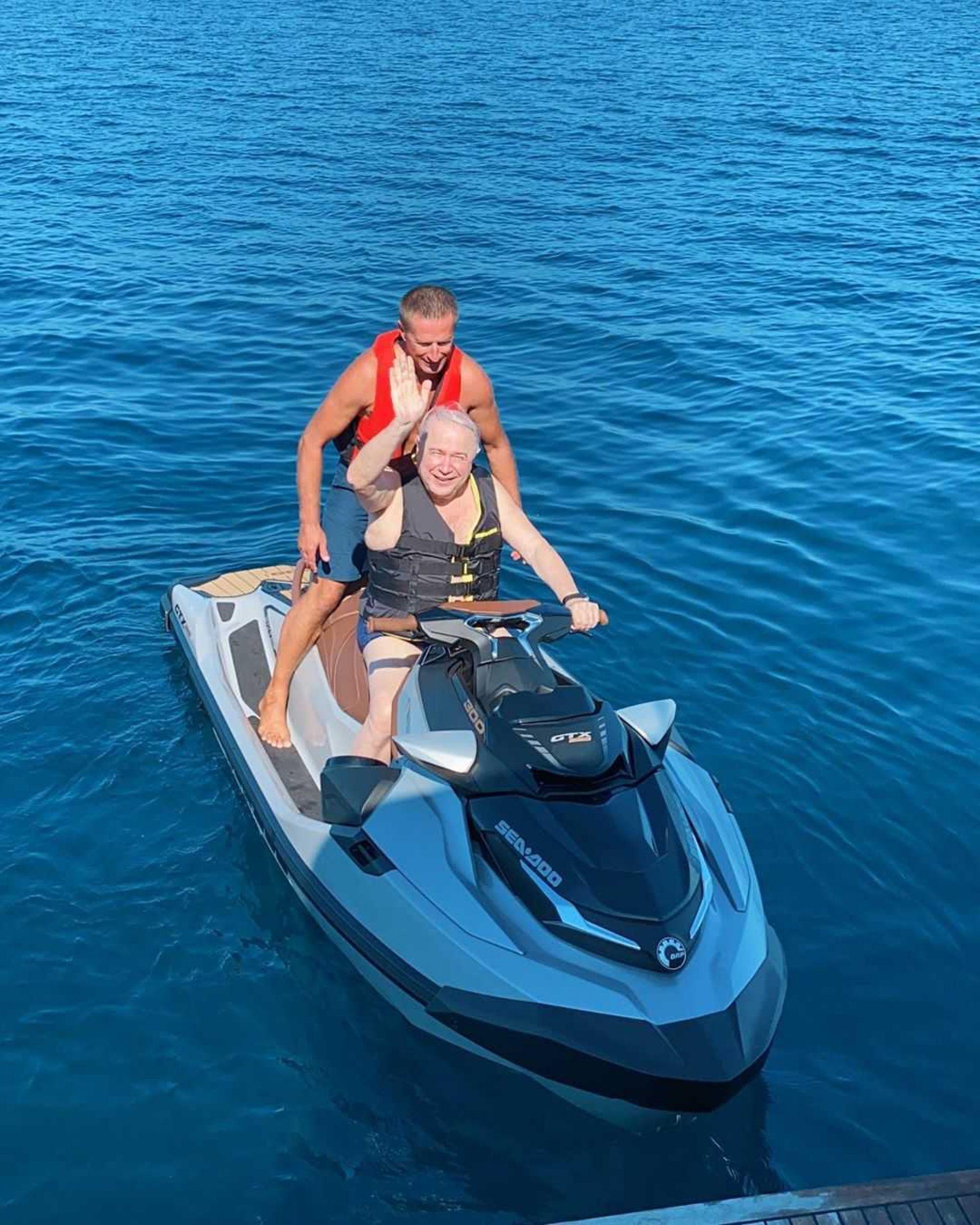 Евгений Петросян прокатился на скутере в открытом море